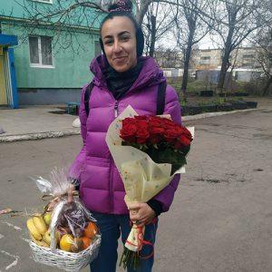 букет красных роз и корзина фруктов