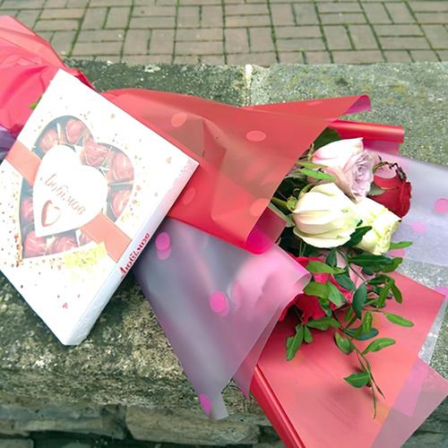 букет роз и коробка конфет на день матери