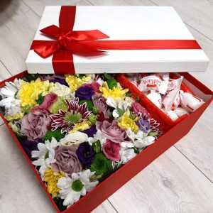 цветы и сладости в коробке