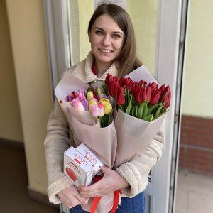 тюльпаны и коробка конфет вручение букета