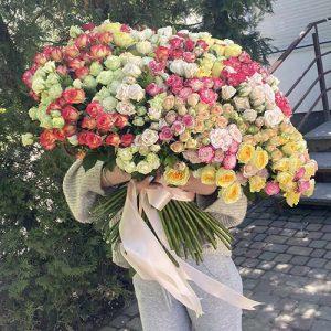 вручение огромного букета из кустовой розы